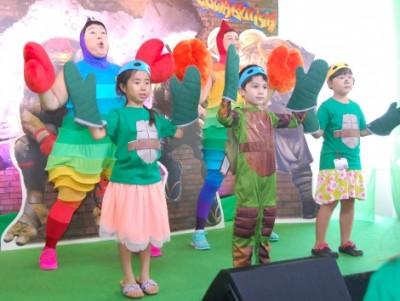 8月には映画『ミュータント・ニンジャ・タートルズ:影<シャドウズ>』のイベントにケロポンズが登場! 子どもたちと共に、この日限定の「エビカニクス タートルズVer」を披露 (C)ORICON NewS inc.