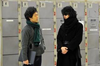 撮影現場の佐藤信介監督と池松壮亮