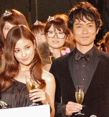 """『日本ファッションリーダーアワード2010』授賞式では、沢村一樹が黒木メイサ(左)に""""エロ攻撃""""! メイサはタジタジ…… (C)ORICON DD inc."""