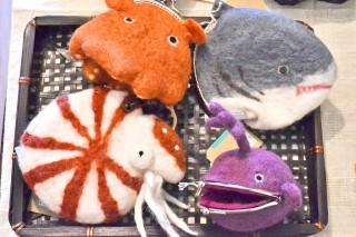 オウムガイやチョウチンアンコウなど、キモカワな深海生物がユニークな小物入れに