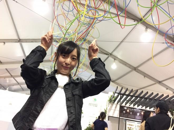 鬼頭健吾氏の、テトリスとコラボしたコンテンポラリーアート(天井のフラフープ)