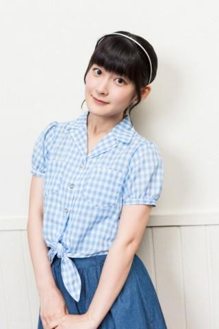 水色のギンガムチェックシャツと白いカチューシャで微笑むアイドル時代の嗣永桃子