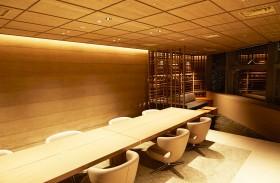 音響機器を備えたプレゼンルーム。有名な職人による砂壁と、天井には和紙をあしらう。