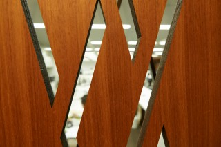 ワンフロアだからこそ、隠れられるスペースを設置することによって、集中とリラックスを保つ。企業ロゴにも使われているひし形をデザインモチーフにしている。