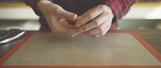 手で一口サイズに丸めるシーンでは、耳を澄ますとかすかに衣すれの音まで聞こえる。