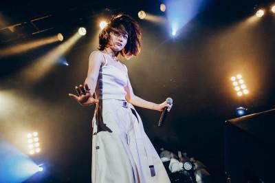 ライブでも独特の世界観やパフォーマンスが話題 写真:横山マサト