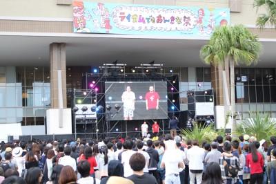 北中城のイオンモール沖縄ライカムには屋内外にステージが設けられ、屋外特設ステージではファッションイベントやお笑いライブなどが大勢の観客を楽しませた
