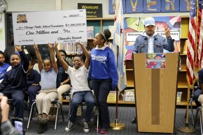 地元シカゴの小学校に1.1億円を寄付したチャンス・ザ・ラッパー(写真:AP/アフロ)