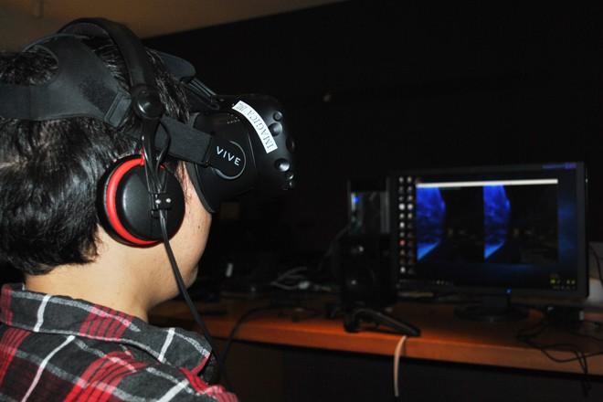 ヘッドマウントディスプレーHTC VIVEとヘッドホンを装着して初公開されたデモ映像を体験