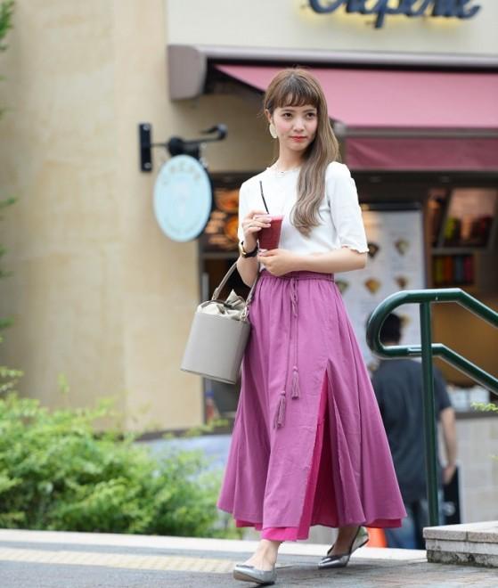 華やかな印象のカラースカートは着回し抜群! 例えば、この2wayで使えるカラースカートは、足元をトレンドのシルバーのポインテッドバレエシューズを合わせて、大人キレイに仕上げたり、その日の気分でアレンジを楽しめます。