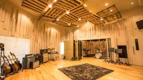 レットブル・スタジオは「レッドブル翼さずける」のブランドスローガンを基軸に、アーティストやクリエイターをサポート。レッドブルと共に革新的な音楽コンテンツを世界に発信するプラットフォームとなっている。