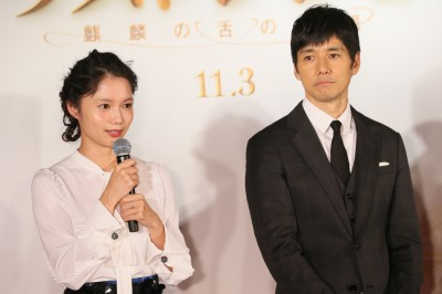 プレミアム晩さん会に参加した(左から)宮崎あおい、西島秀俊