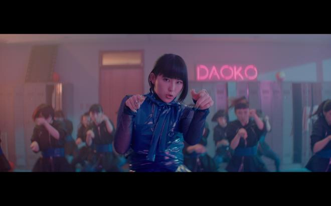 DAOKO × 岡村靖幸『ステップアップLOVE』MVより