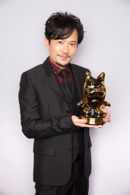 「BLOG of the year 2017」トロフィーを手にした稲垣吾郎