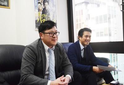 人見常務(左)と、コンテンツ管理を担当する鈴木部長(右)