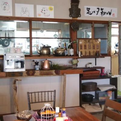 バイプレメンバーの食卓。右上には漣さんのお言葉「足ルヲ知ル」。