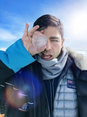 氷のコアサンプルを持つエイドリアン・グレニアー