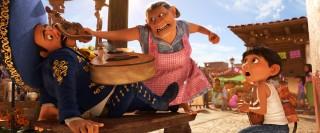 ミゲルの住む町サンタ・セシリアの広場(C)2018 Disney/Pixar. All Rights Reserved.