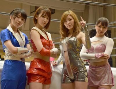 48アイドルが女子プロレスに挑戦した『豆腐プロレス』。(左から)ロングスピーチ横山、チェリー宮脇、ハリウッドJURINA、道頓堀白間
