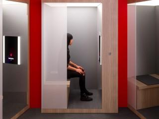【スキン スキャン】鏡の前に座るだけで肌状態を即座にスキャンしてあなたの今の肌を測定。クリアな素肌に必要な5つの要素(キメ、ハリ、シワ/くすみ、ツヤ)の状態を見ることができます。