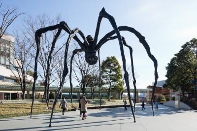 """六本木ヒルズ森タワー前にそびえ立つ""""クモ"""""""