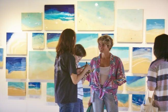 ART GALLERYには若者たちがつめかけ、外国人の姿も目立った