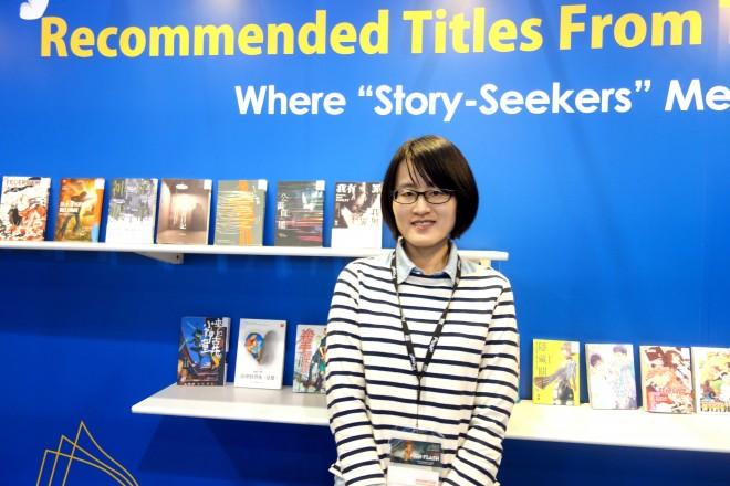 『香港フィルマー ト』にブース出展 した台湾政府がサ ポートする組織 「XMediaMatch」。 来場した台湾文化 部 課長の陳文? 氏がインタビュー に答えた