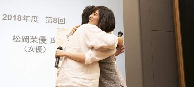早稲田大学の講演で是枝監督とカンヌ受賞の喜びを分かち合う松岡茉優