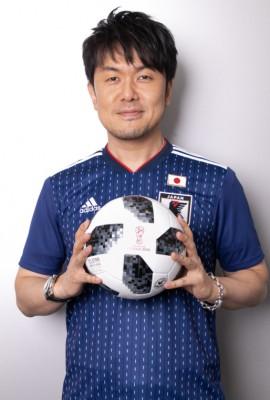 ロシアW杯公式球を手に持つサッカー芸人・土田晃之