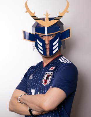 「勝色のカブト」を装着する土田晃之