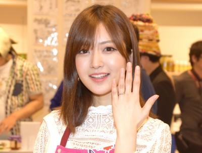 幸せオーラいっぱいの表情とキラリと光る結婚指輪を見せた須藤凜々花 (C)ORICON NewS inc.