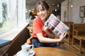 陽光差し込む窓際の席で様々な雑誌・書籍を楽しめる