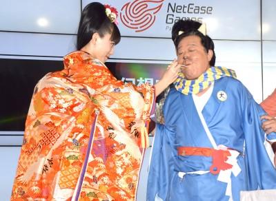 おでん芸を披露!(左から)川口春奈、上島竜兵 (C)ORICON NewS inc.