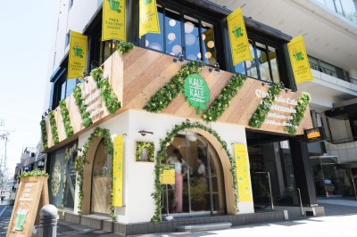 緑と木目調の落ち着いた雰囲気の「Q'SAI Kale Cafe 表参道」