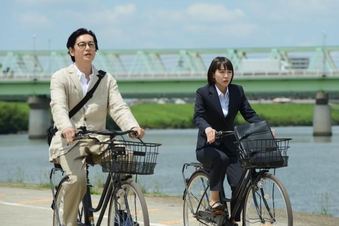 『健康で文化的な最低限度の生活』場面カット(左から井浦新、吉岡里帆) (C)カンテレ