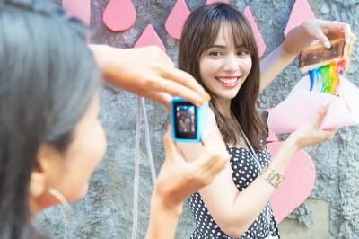 """GoProで""""レインボーフード""""を撮影!かわいいアングルを探るふたり"""
