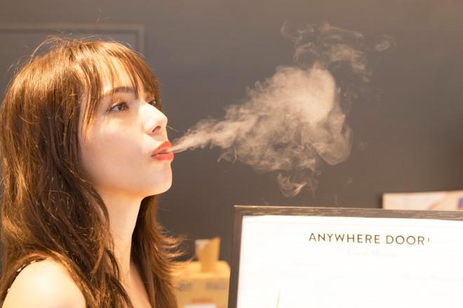 """お口の中に入れて、息を吹きだすと白い煙が!まさに""""ドラゴン""""のように楽しめるアイスなんです"""