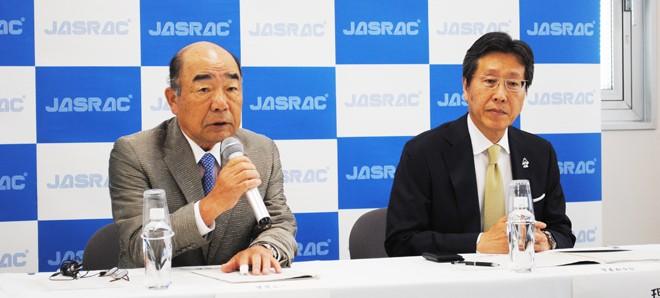 会見に臨むいではく会長(左)と浅石道夫理事長