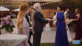 ブルーのドレス姿でパーティー会場に現れる