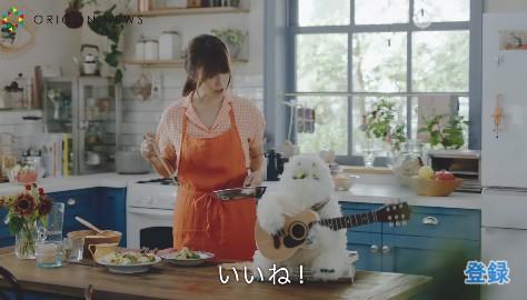 朝陽差し込む台所でカワイイ笑顔をみせる深田恭子