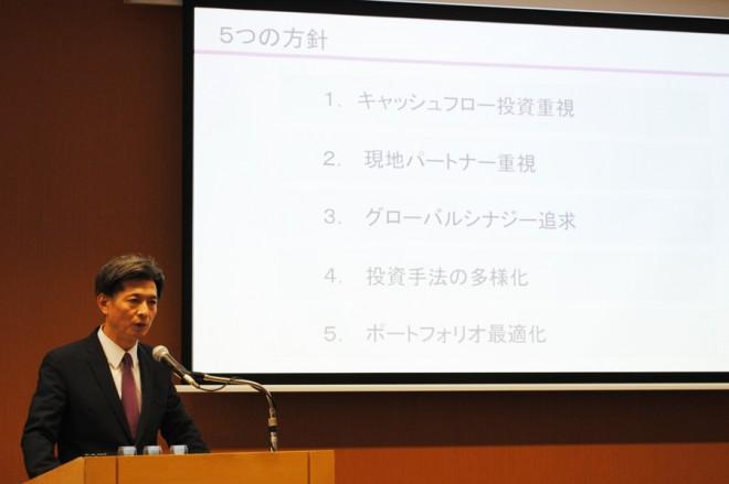 今後の投資方針を説明する専務取締役 COO兼CIO・加藤有治氏