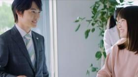 オフィスで休憩中の神木隆之介と川栄李奈