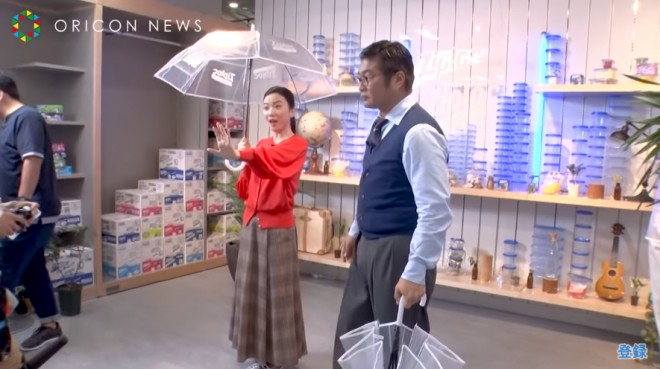 (オフショット)傘を持ち大見得を切る永野芽郁