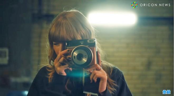 カメラを構える姿も様になるテイラー