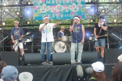ライブで楽曲を披露するMONKEY MAJIK とサンドウィッチマン