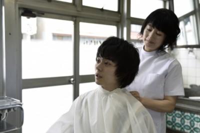 "『dele』第3話には、余貴美子、高橋源一郎がゲスト出演。""泣ける大人の人情物語""が描かれた (C)テレビ朝日"