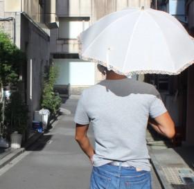 """メンズ日傘の「アリ・ナシ論争」が話題 """"熱中症対策""""で需要拡大も""""男のプライド""""が障壁に"""