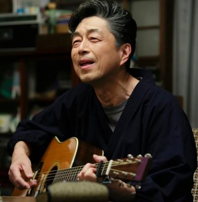 孫たちに歌をせがまれ、弾き語りをする仙吉じいちゃん(中村雅俊) 連続テレビ小説『半分、青い。』(C)NHK
