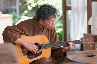 居間でギターの玄を張り替えている仙吉じいちゃん 連続テレビ小説『半分、青い。』(C)NHK