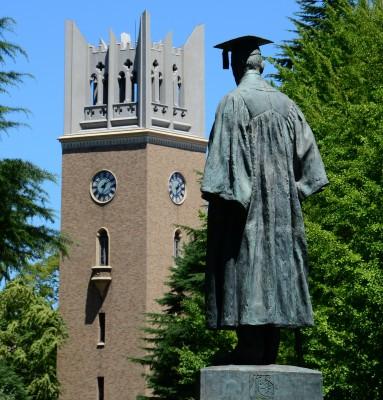 早稲田大学の象徴、大隈重信像と大隈記念講堂(提供:早稲田大学校友会)